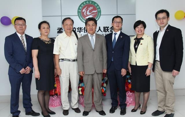中国驻孟加拉国马明强大使和侨会创始人合影