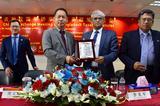 中国驻孟加拉国经商处李光军参赞给特邀嘉宾Mr.Parvez Iqbal颁发纪念牌